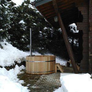 Bain nordique, spa en bois installé en montagne