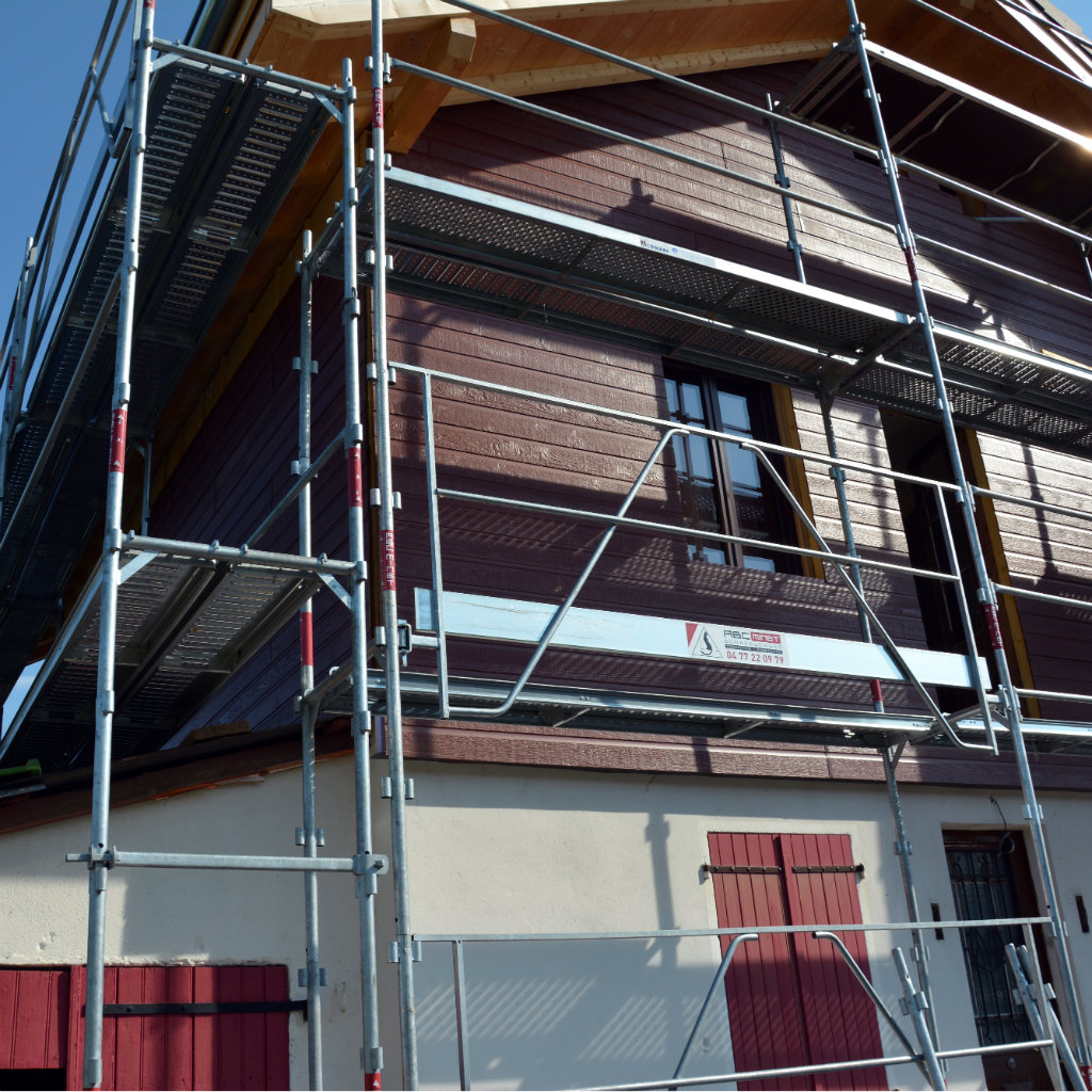 Photo de façade en bardage composite avec échaffaudage