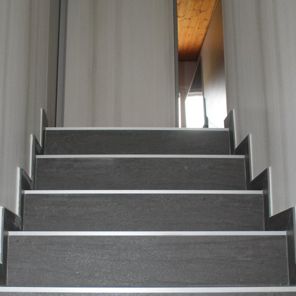 Escalier rénové avec pose de carrelage 45cm x 90 cm