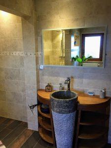 Photo d'un meuble vasque en pierre dans une salle de bains à Yvoire (74140)