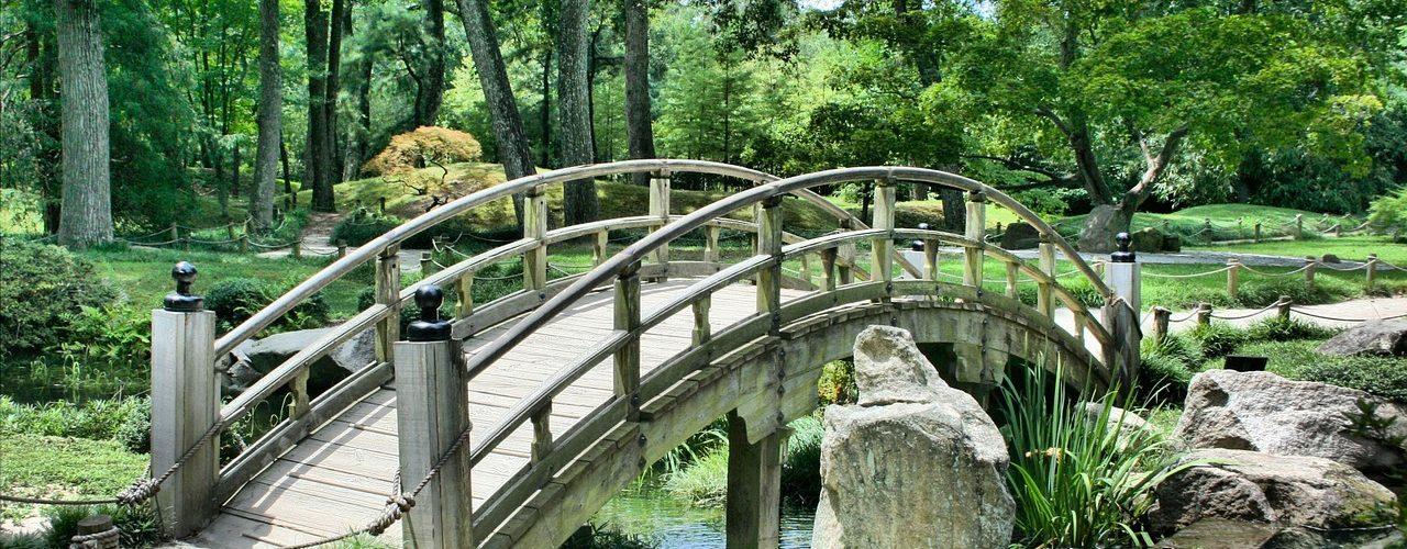 pont avec jardin