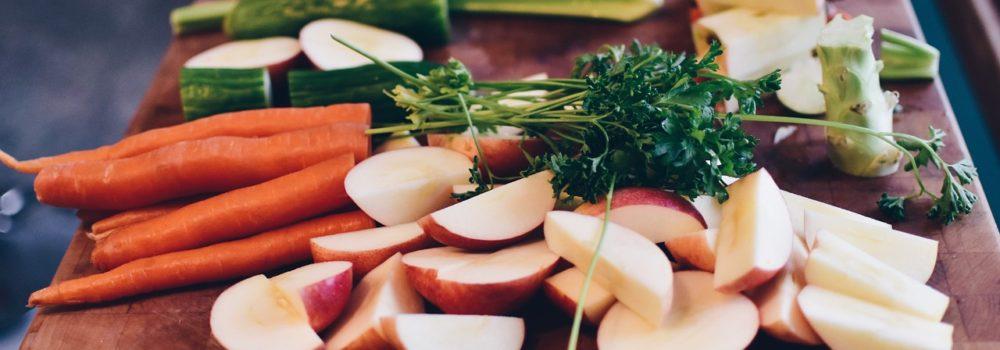 plan de travail avec des légumes